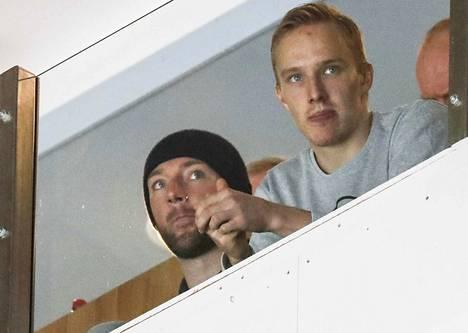 Cam Barker katseli Ilveksen ja TPS:n ottelua loukkaantuneen Eemeli Suomen kanssa.