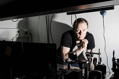 """Arri Priimägin johtamassa tutkimusryhmässä TTY:llä Hervannassa on tehty monia merkittäviä keksintöjä """"älykkäiden"""" materiaalien ja valolla ohjattavien mikrorobottien saralla."""