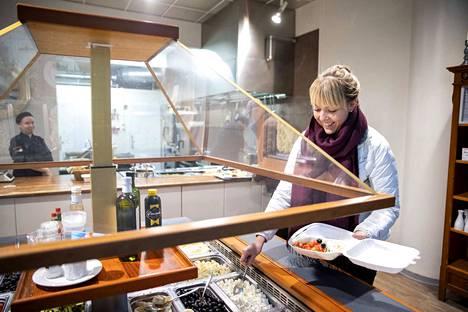 Viveka Siirtonen poimi lounasta mukaansa porilaisen ravintola Hellahuoneen noutopöydästä. –Lounaalla pitää olla paljon kasviksia ja aina myös lämmintä ruokaa. Nautimme lounasta työpaikan taukohuoneessa yhdessä työkaverien kanssa. Myös yhteinen hetki on tärkeä.