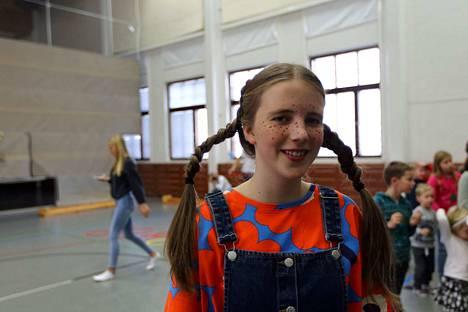 Lotta Löppönen valmistautuu Peppi Pitkätossun koulupäivään pian alkavassa näytöksessä.
