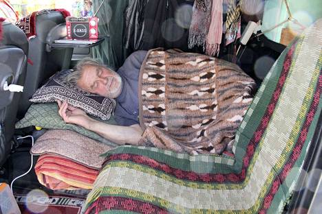 Esa Rosvallin eli Nätsin kotina on Citroën Berlingo, jonka takaosaan järjestyy käden käänteessä täyspitkä nukkumatila. –Hyvä puoli tässä on se, että kaikki tavarat ovat käden ulottuvilla, hän sanoo. Hän löysi auton käytettynä ja kolaroituna remonttimiehen pajalta, mutta ehjäksi naputeltuna se sopi täydellisesti matkamiehen kodiksi.