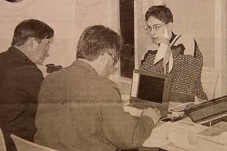 Karvialainen lukiota käyvä Valtteri Hietaluoma kutsuntalautakunnan edessä. Hän asuu palvelukseen tammikuussa 2000 Niinisalon varuskuntaan.