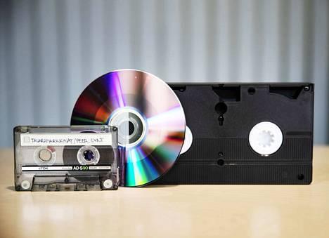 Kasetit, cd- ja dvd-levyt ovat sekajätettä.