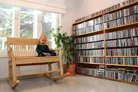 Eelis keinuu mielellään yläkerran keinutuolissa. Isän cd-levyt ja varsinkin niiden järjestäminen kiinnostavat myös.