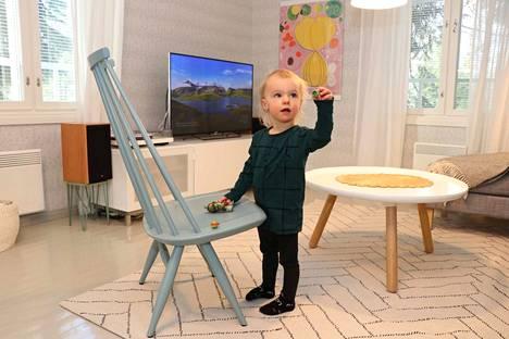 Olohuoneen katseenvangitsijana on Ilmari Tapiovaaran suunnittelema Mademoiselle-tuoli. Sitä pääsevät välillä katsomaan myös Eeliksen Turtlesit.