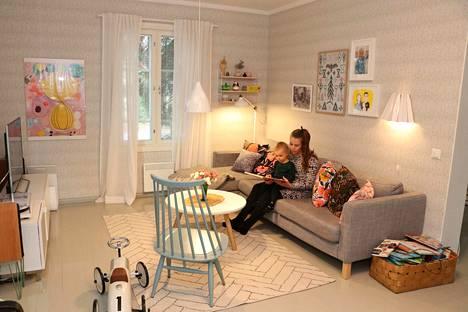 Eniten Kurrun ja Asikaniuksen perhe viettää aikaansa olohuoneessa. Olohuoneessa katsellaan televisiota, kuunnellaan musiikkia, luetaan kirjoja ja leikitään. Sohvalle Riikka Kurrun ja Eeliksen on mukava käpertyä lukemaan kirjoja.