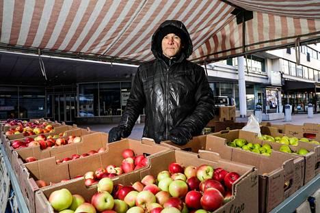 Parin asteen pakkanen ei haittaa omenakauppiasta. Jos oikein kylmäksi menee, Jukka Jokinen pitää taukoa ja palaa Kuninkaankadulle, kun pahin kylmyys hellittää.