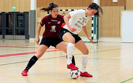 Sini Sutinen (vas.) ja muut Ylöjärven Ilveksen naiset joutuivat taipumaan kotikentällään Anni-Elina Luotosen MuSalle 0–3.