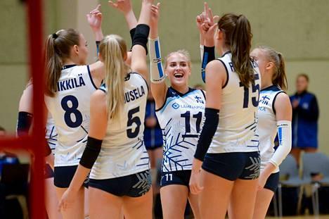 Suomen U17-maajoukkueen tytöt juhlivat kultaa Tanskassa kapteeni Lotta Kukkosen (11) johdolla. Kukkonen valittiin myös turnauksen parhaaksi passariksi.