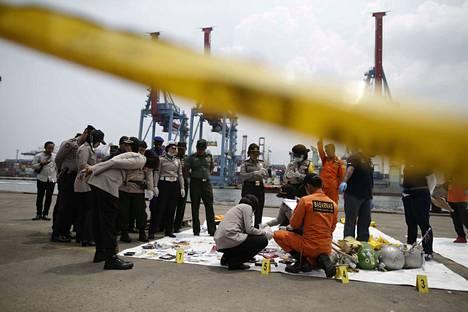 Indonesialaiset onnettomuustutkijat luokittelivat tiistaina onnettomuuspaikalta merestä löytyneitä tavaroita, jotka kuuluivat 189 lentoturmassa kuolleelle ihmiselle.