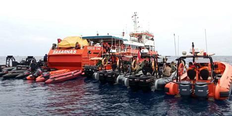 Indonesialaiset onnettomuustutkijat olivat tiistaina lähdössä Jakartan edustalla sijaitsevalle onnettomuuspaikalle etsimään kuolinuhreja. Kone törmäsi merenpintaan ja sukelsi jopa 35 metrin syvyyteen.