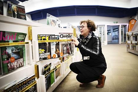 Tietopalvelupäällikkö Raili Sihvonen on tehnyt pääkirjasto Metsossa sunnuntaivuoroja. Ne olivat sekä asiakkaiden että kirjaston toive. – Suurimpana erona muihin päiviin on sunnuntain rauhallinen tunnelma, kirjastoon tullaan viettämään aikaa, kertoo Raili Sihvonen.