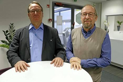 Jorma Schukoff (vas.) ja Pertti Salo kokivat erotetun toimitusjohtajan Paula Liinamaan joutuneen epäasiallisen kohtelun uhriksi Kangasalan uimahalliyhtiössä.