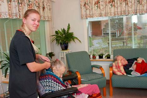 Lähihoitajaopiskelija Matleena Rinne viihtyy hyvin työharjoittelussaan. Hän pohtii suuntautuvansa mielenterveys- ja päihdetyön alalle.