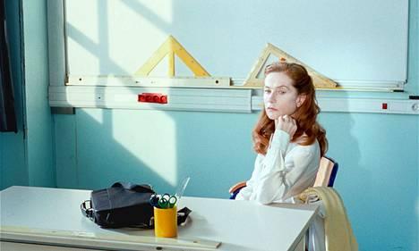 Isabelle Huppert on Rouva Hyde -elokuvassa ujo fysiikanopettaja Marie Géquil, joka kokee hetkillisiä voimaannuttavia muodonmuutoksia.