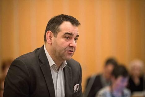 Tampereen kaupunginhallituksen jäsentä Atanas Aleksovskia vastaan nostettiin tiistaina syyte luottamusaseman väärinkäytöstä.