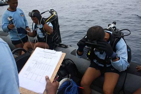 Matkustajakoneen hylky on ehkä onnistuttu paikantamaan meren pohjasta. Paikalle on lähetetty sukeltajia, joiden toivotaan vahvistavan koneen löytyminen.