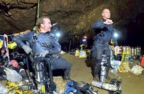 Mikko Paasi (vas.) kuvattiin Thaimaassa pelastusoperaation aikana kollegansa kanssa.
