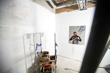 Rakennuspalvelu Jalosen työnjohtaja Jussi Huhtanen mittasi elokuussa BePopin kolmannessa kerroksessa paikkaa röntgensäteilyä kestävälle ikkunalle. Tulevaisuudessa nähdään, mikä käyttötarkoitus keksitään lyijyllä eristetylle huoneelle.
