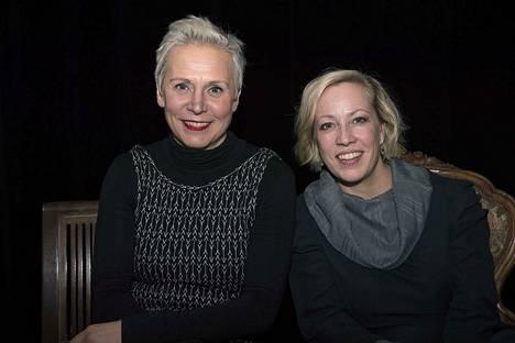 Mari Turunen (vas.) ja Kaisa Hela käsikirjoittavat ja esittävät yhdessä näytelmän.