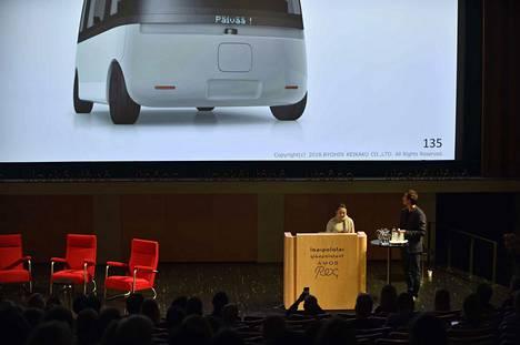 Mujin design-yksikön johtaja Naoko Tano ja Sensible 4:n toimitusjohtaja Harri Santamala kertoivat keskiviikkona Gacha-bussiprojektista. Taustalla luonnos suunniteltavasta bussista.