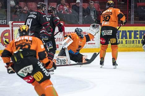 KooKoon maalilla torjuva ässäkasvatti Juha Järvenpää nappasi näyttävän torjunnan, kun Aleksi Varttinen pääsi hyvästä paikasta yrittämään liigauransa ensimmäistä maalia.