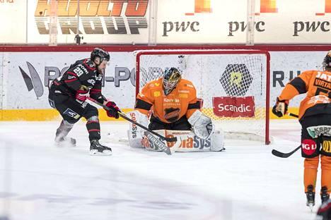 Tuomas Huhtanen murtautui pari kertaa vaarallisesti Juha Järvenpään vartioimalle maalille.