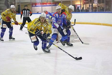 Arttu Likola viihtyi RoKin puolustuksen keskellä.