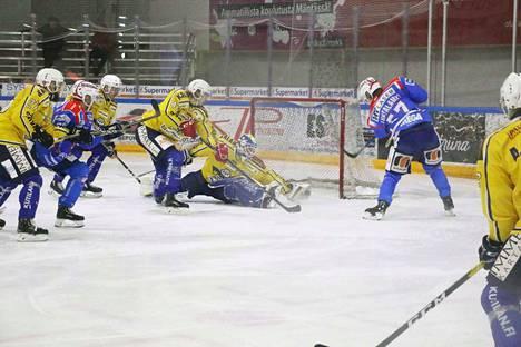 Aleksi Luhtalammella oli heti ottelun alkuminuuteilla huippupaikka, mutta Rasmus Reijola kahmi Luhtalammen laukauksen räpyläänsä.