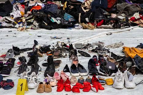 Koneen jäänteistä on löytynyt muun muassa runsaasti kenkiä.