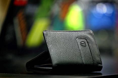 Korkein oikeus antoi ennakkopäätöksen tapauksessa, jossa pankkikortin haltija oli jättänyt lompakkonsa huolimattomasti työpöydälle ja säilytti pankkikortin pin-koodia pöydän laatikossa.