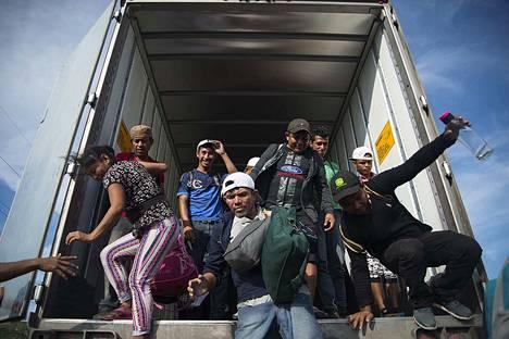 Yhdysvaltoihin pyrkivän jokavuotisen siirtolaiskulkueen jäseniä saapui tiistaina Meksikon Juchitaniin. Yhdysvallat valmistautuu heidän saapumiseensa lähettämällä rajalle sotilaita.