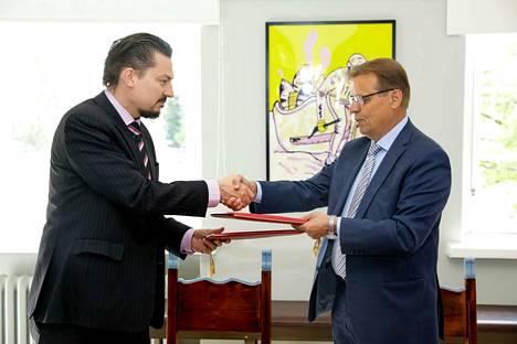 Tampereen pormestari Lauri Lyly (oik.) ja Mänttä-Vilppulan kaupunginjohtaja Markus Auvinen allekirjoittivat kaupunkien välisen aiesopimuksen kesäkuussa.