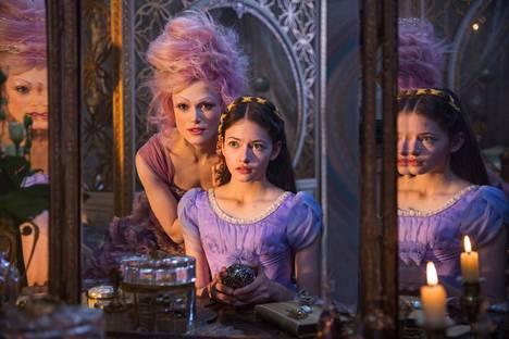 Claire (Mackenzie Foy, oikealla) löytää tien rinnakkaistodellisuuteen elokuvassa Pähkinänsärkijä ja neljä valtakuntaa.