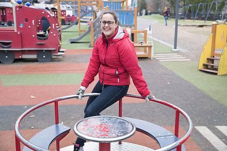 Terhi Koivumäki muistuttaa, että syyllistämällä ei saada tuloksia. Kiitos toimii paremmin ja vahvuuksien varaan on hyvä rakentaa. –  Jos esimerkiksi lasten ylipaino korjaantuisi vanhempia syyllistämällä, meillä ei olisi enää lasten paino-ongelmia.