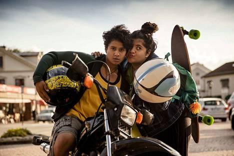 Filmikärpästen puraisemat Aida (Zahraa Aldoujaili, vas.) ja Dana (Yara Aliadotter) dokumentoivat kotikyläänsä kännykkäkameroillaan Amatöörit-elokuvassa.