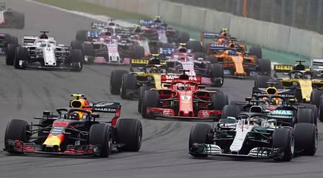 Max Verstappen (vas.) voitti formula ykkösten edellisen osakilpailun Meksikossa. Lewis Hamilton (oik.) varmisti samassa kilpailussa kuluvan kauden mestaruuden.