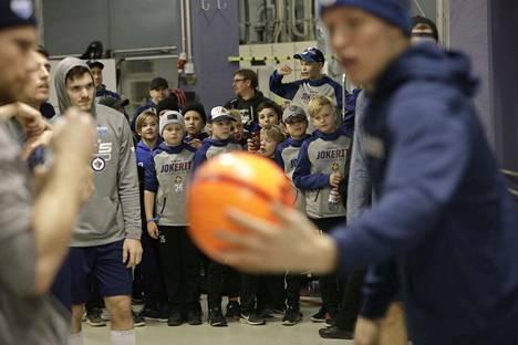 Winnipeg-pelaajien lämmittelyt kiinnostivat kansaa.
