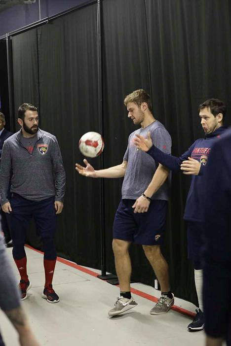 Barkov ja muut Floridan pelaajat lämmittelivät jalkapallon kanssa temppuillen.