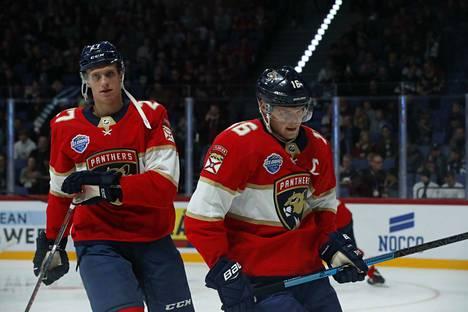 Aleksander Barkov (oik.) johdatti Florida Panthersin alkulämmittelyihin. Hymy oli hyytynyt.