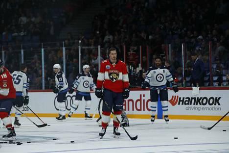 Juho Lammikko lämmitteli keskityneesti ennen illan kamppailua. Lammikko, 22, on pelannut tällä kaudella jo kahdeksassa NHL-koitoksessa.