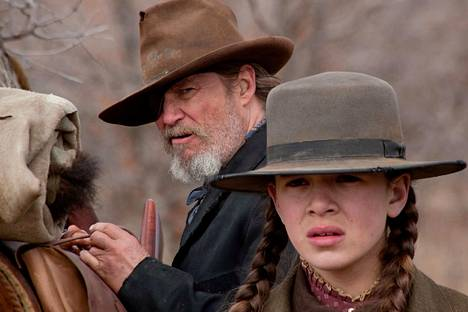 Kova kuin kivi -elokuvassa Hailee Steinfeld näyttlee 14-vuotiasta Mattie Rossia.