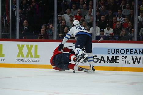 Winnipegin järkälemäinen puolustaja Dustin Byfuglien jyräsi Aleksander Barkovin yli.