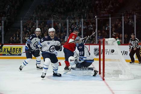 Connor Hellebuyck oli iskussa Jetsin maalilla. Kun Winnipegin piti suojella johtoaan, maalivahti teki kaikkensa joukkueen eteen.