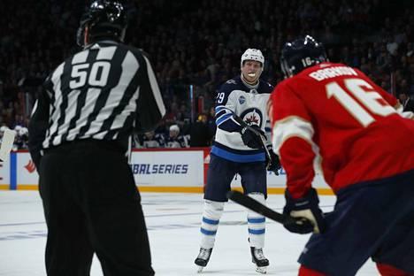 Patrik Laine keräsi tehot 3+0, Aleksander Barkov 0+1, kun Winnipeg kukisti Floridan 4–2.