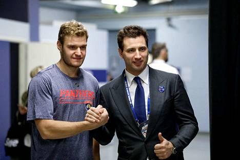 Roman Rotenberg (oik.) tervehti Aleksander Barkovia torstaina NHL-ottelun jälkeen.