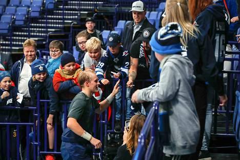 Patrik Laine kävi antamassa ylävitosia suomalaisfanien kanssa pelin jälkeen.