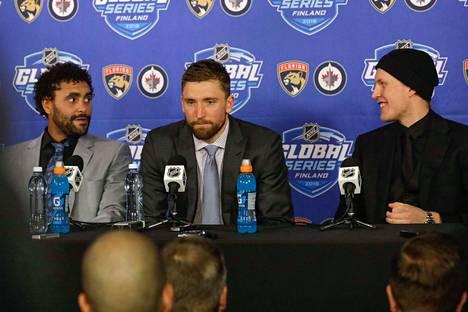 Patrik Laine, Blake Wheeler ja Dustin Byfuglien olivat pelin jälkeen median haastateltavina.s
