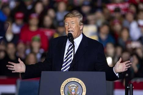 Yhdysvaltain presidentti Donald Trumpin mukaan Yhdysvaltojen sotilaat voivat ampua siirtolaisia kohti, mikäli he heittelevät joukkoja kivillä.