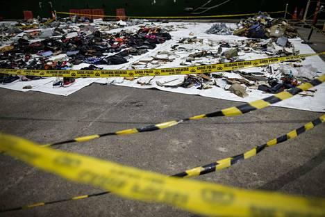 Lentoturmassa menehtyneiden matkustajien löytyneitä tavaroita.